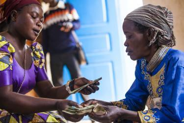 Cash payment dispersion between two congolese woman.