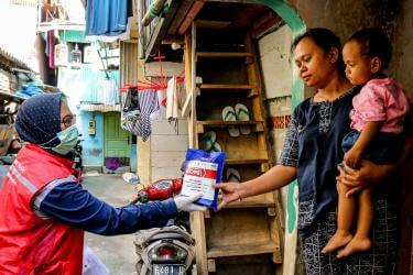 Mercy Corps Indonesia conducted various COVID-19 responses, including community outreach around proper hygiene practices.